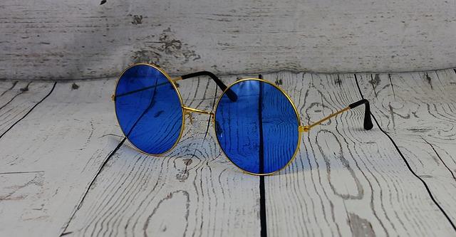 kacamata hitam mimpi